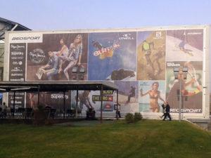 Meš platno reklama na fasadi
