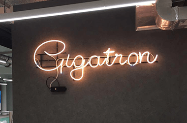 Svetlece reklame Gigatron neonska reklama